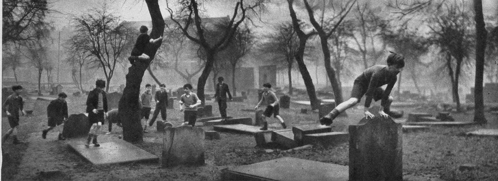 Nois jugant a un cementiri de Glasgow l'any 1948 - Llicència Creative Commons BY de Smabs Sputzer